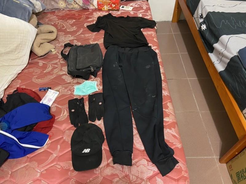 金門警方起出黃嫌做案時所穿衣物及帽子、手套、口罩等做案工具。(圖由金門警方提供)