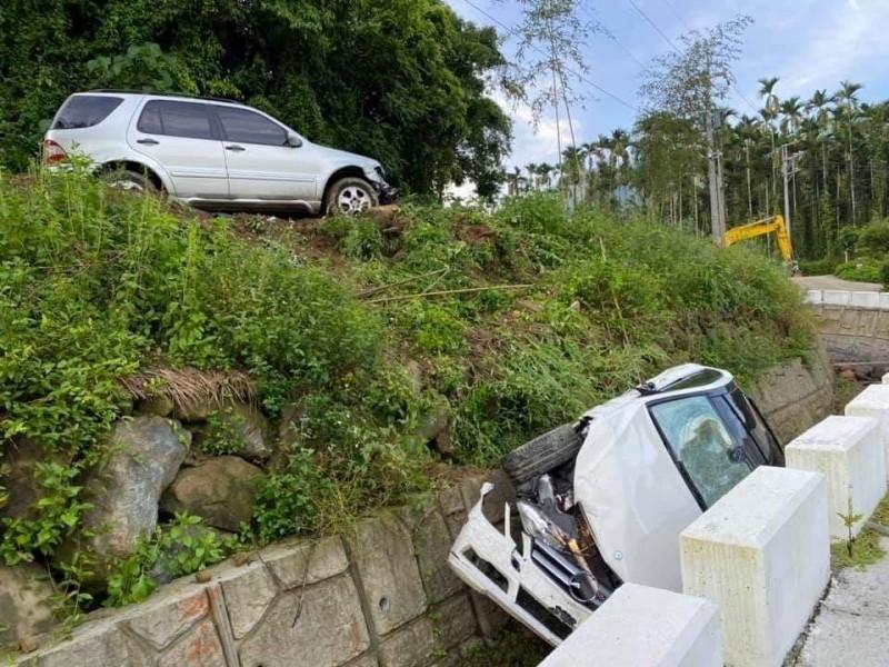 男女情侶吵架,男方竟將車撞下山溝。(擷取自臉書社團「爆料公社」)