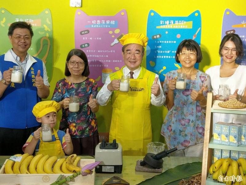 農糧署長胡忠一(中)到南投集集行銷香蕉,加入國產豆奶打成香蕉豆奶、香蕉冰沙,讓民眾夏天品嚐香蕉,也能有清涼感受。(記者劉濱銓攝)