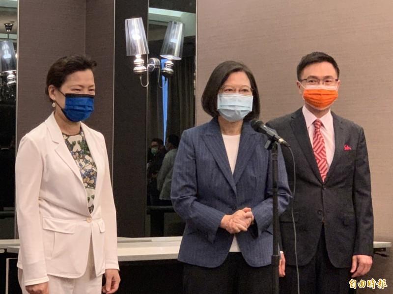 左起為經濟部長王美花、總統蔡英文、貿協董事長黃志芳。(記者林菁樺攝)