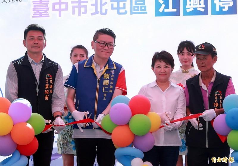 台中市長盧秀燕(右2)表示,下週將宣布振興券第二波加碼計畫,請大家拭目以待。(記者張菁雅攝)