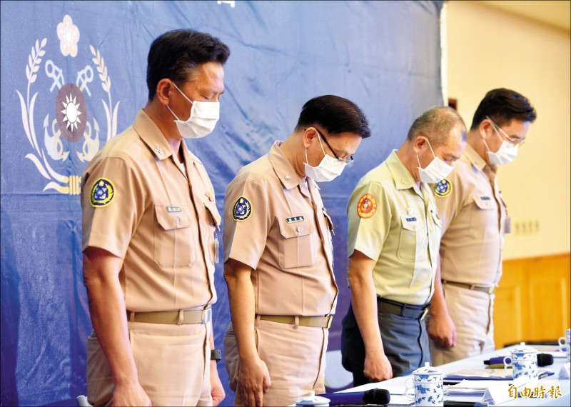 聯合登陸作戰操演意外事件,海軍司令部政戰主任孫常德(左2)昨主持調查報告記者會,與會軍官會前對罹難者默哀一分鐘。(記者羅沛德攝)