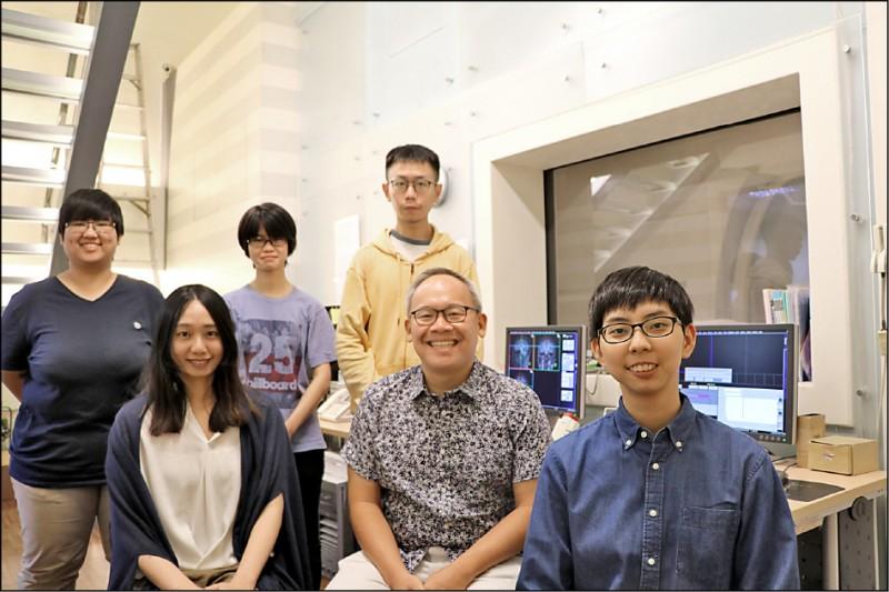 陽明大學神經科學研究所副教授吳仕煒(右二)與團隊研究,發現人類大腦因一連串「比較」卻導致決策「不完美」,成果登上國際期刊《PLoS Biology》。(陽明大學提供)