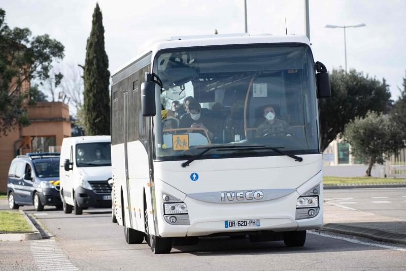 法國近日傳出有公車司機遵守防疫規定,拒讓沒戴口罩的乘客上車,沒想到竟遭圍毆重傷頭部,被醫生宣布腦死。圖為示意圖。(法新社)