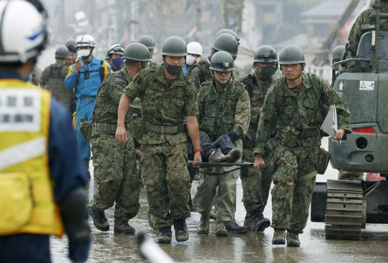 日本九州地區豪雨成災,重災區熊本縣已有56人死亡、1人心肺停止與11人失蹤,日本首相安倍晉三下令將當地救災的自衛隊規模擴大為2萬人。(路透)