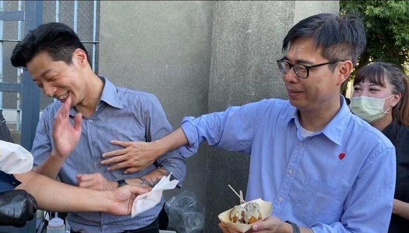 立委林昶佐昨日接任民進黨高雄市長補選候選人陳其邁競選團隊榮譽總幹事,並在臉書貼出陳其邁「偷吃豆腐」的照片。(圖擷自臉書)
