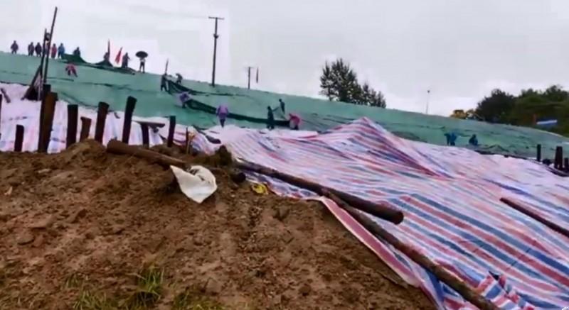 當局對白洋河水庫的變形區打樁固基、挖溝導水。(翻攝自微博)