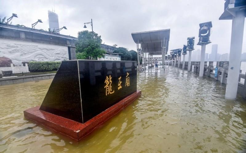 7月6日長江水已漫上位於湖北武漢的龍王廟觀景平台。(翻攝自微博)