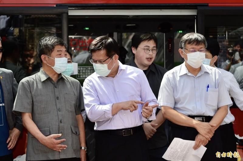 台北市長柯文哲(右起)今和交通部長林佳龍、衛福部長陳時中等人同台。(記者叢昌瑾攝)