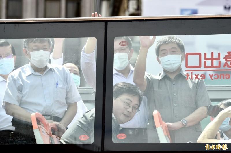 交通部長林佳龍(後中)、衛福部長陳時中(右)及台北市長柯文哲(左)等人今同台。(記者叢昌瑾攝)