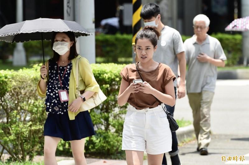 明天(8日)天氣狀況和今天類似,各地普遍高溫炎熱,局部地區須提防有午後雷陣雨發生。(資料照,記者叢昌瑾攝)
