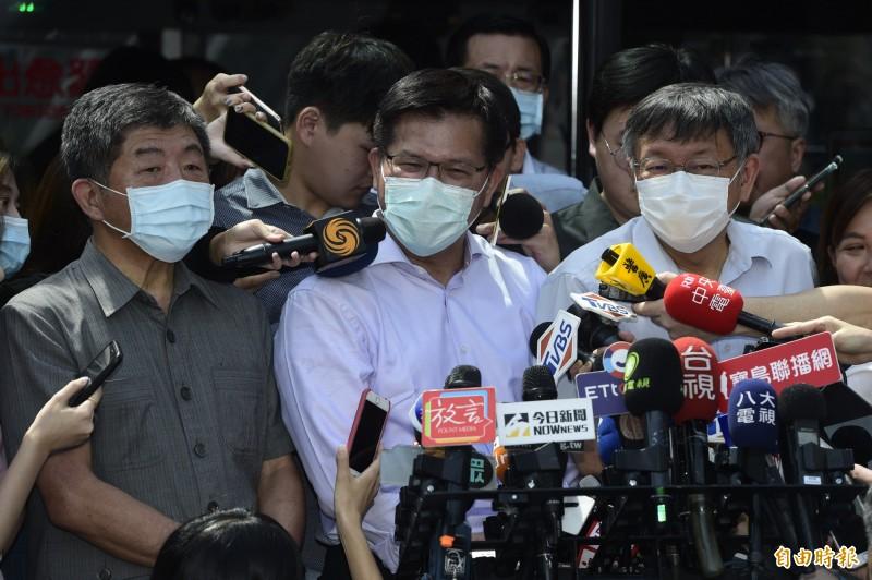 隨著國內疫情緩和,台北市雙層觀光巴士7日邀請交通部長林佳龍(中)、衛福部長陳時中(左)及台北市長柯文哲(右)等人,一同帶領國人搭乘觀光巴士。(記者叢昌瑾攝)
