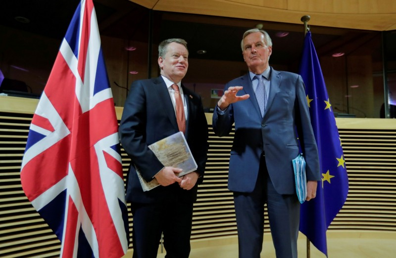 英國首席談判代表弗羅斯特(左)和歐盟首席談判代表巴尼耶(右)今晚將於首相官邸進行餐會,以啟動最新一輪脫歐談判。(路透)