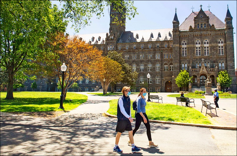 美國宣布,假如學校秋季全面實施線上授課,持F-1與M-1學生簽證的學生,必須出境或轉學至實體授課的學校。圖為美國喬治城大學校園。(法新社檔案照)