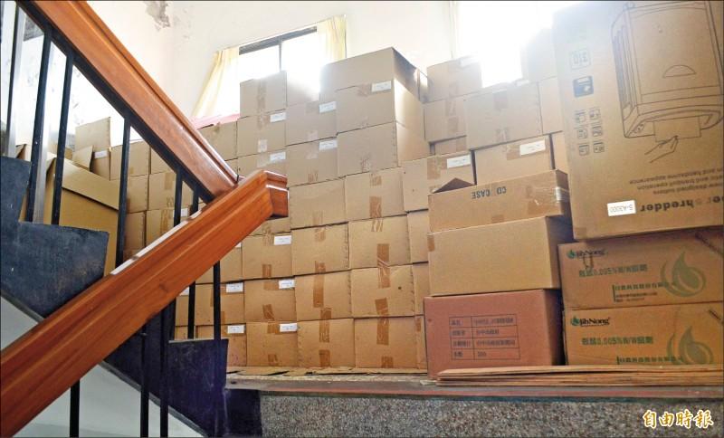 大里區公所樓梯間堆滿紙箱,民眾投訴影響逃生、帶頭違法。(記者陳建志攝)