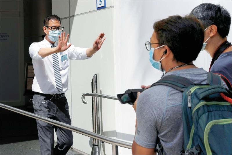 酒店保全人員七日阻止記者靠近。(路透)