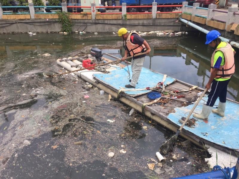 民眾反映茄萣大排河面出現漂浮物,水利局獲報派人撈除。(記者陳文嬋翻攝)