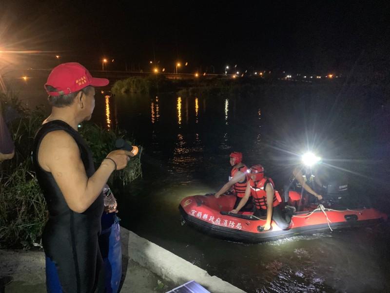 搜救人員徹夜在貓里霧罕橋附近河面搜尋。(記者張議晨翻攝)