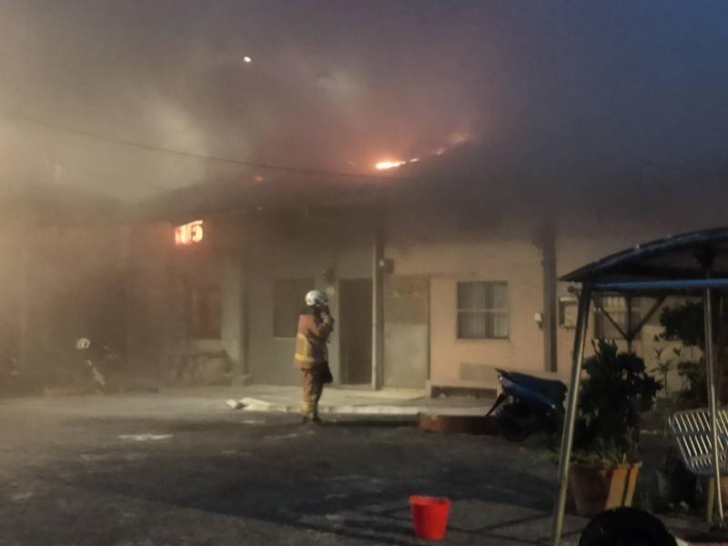 消防隊員抵達時,民宅還竄出火光。(記者吳昇儒翻攝)