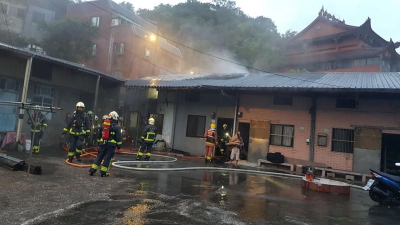 消防隊員迅速將火勢撲滅。(記者吳昇儒翻攝)