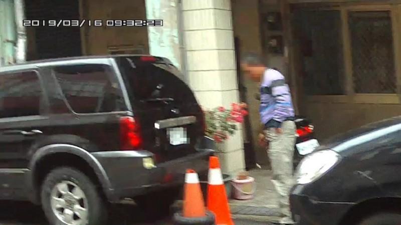 吳姓男子在路邊亂丟菸蒂被檢舉達人攝影錄下,寄送環保局裁罰;男子衣著經變色處理。(記者彭健禮翻攝)