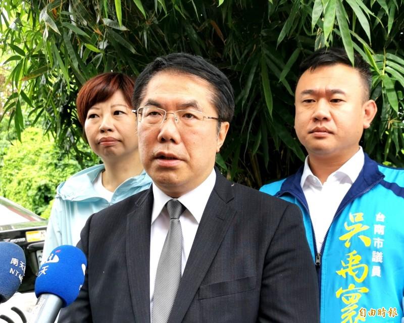 台南市長黃偉哲認為冷氣如何使用,以及後續的維修、電費等問題,相當重要。(記者吳俊鋒攝)