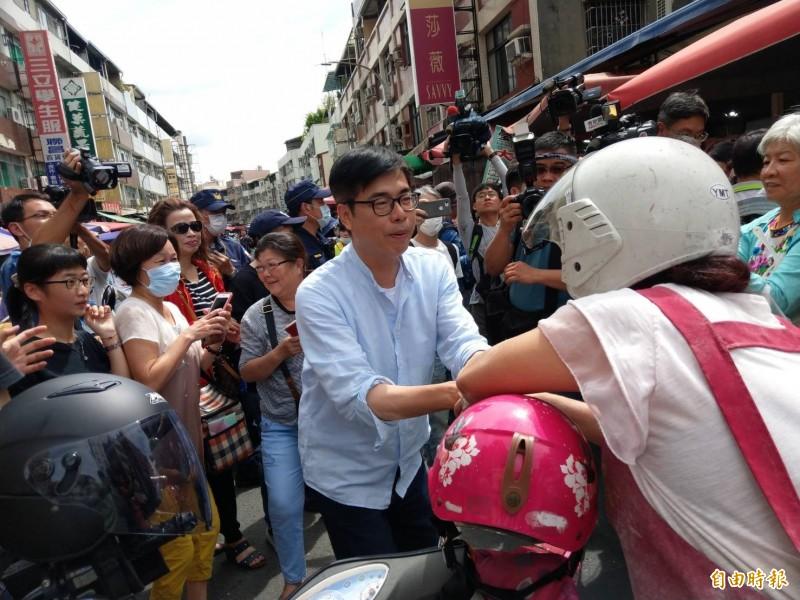 陳其邁今上午到三民區建興市場拜票。(記者方志賢攝)