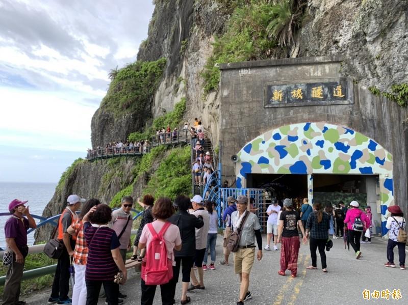 訪花國旅人潮攀升,豐濱鄉親不知子海上古道也擠滿體驗遊客。(記者王峻祺攝)