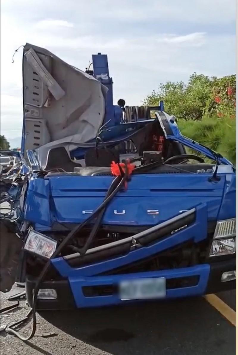 台78線東西向快速道路早上發生貨車與砂石車追撞事故,貨車車頭嚴重扭曲變形。(民眾提供)