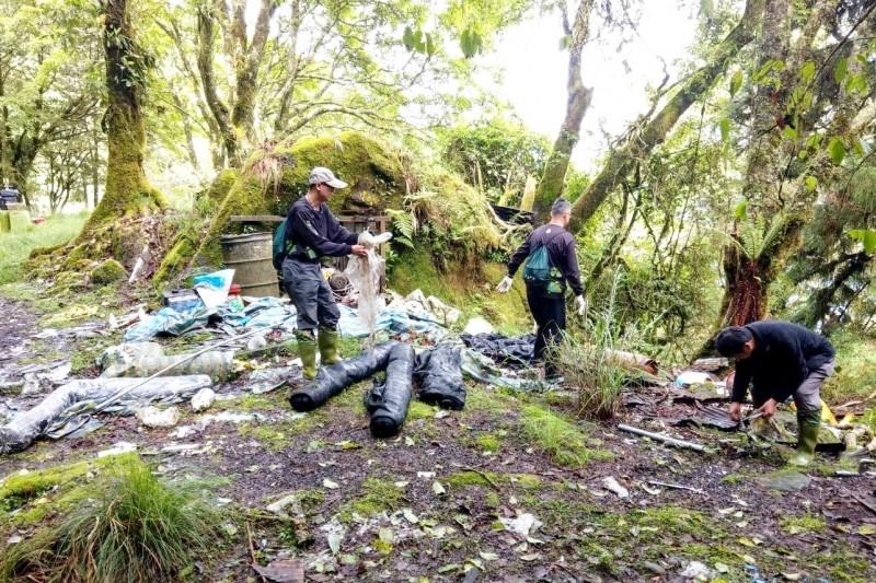 嘉義縣阿里山林鐵眠月線附近堆積不少垃圾,嘉義林管處派員清除。(記者林宜樟翻攝)