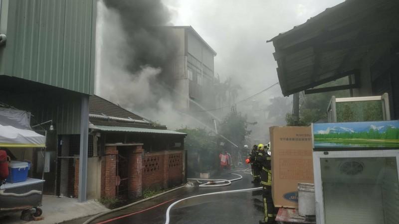 台中市東區東光路76巷發生火警,現場2樓冒出濃煙。(記者何宗翰翻攝)