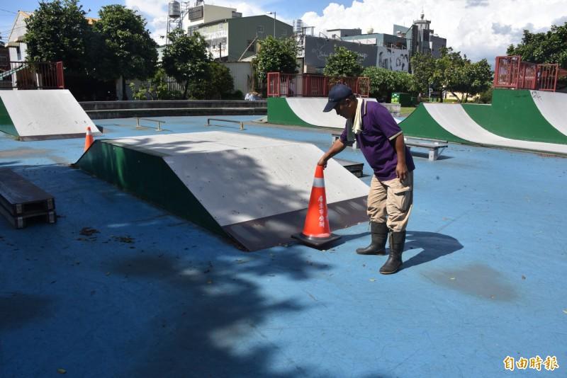 屏東市極限運動公園設備老舊損壞,市公所除了將損害的部分先封閉外,已向上級爭取經費重建。(記者葉永騫攝)