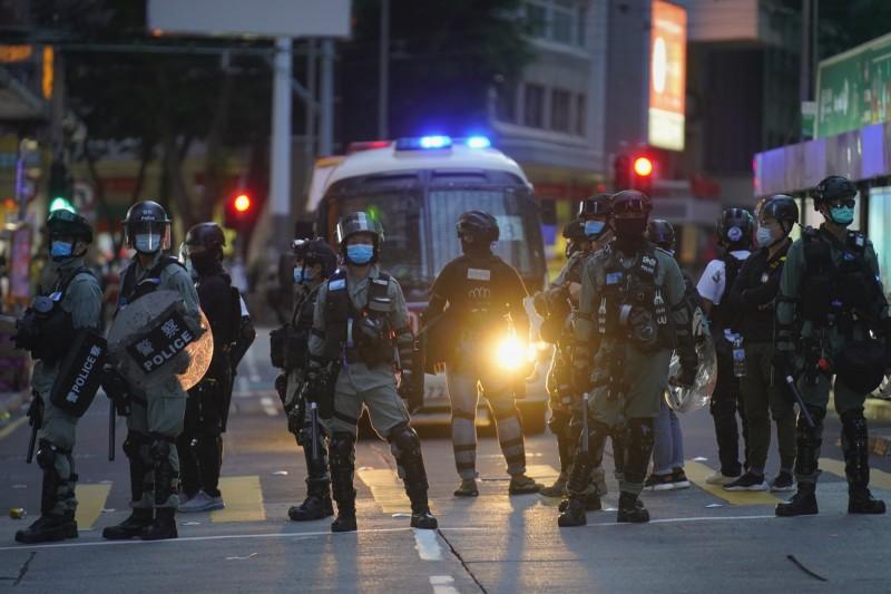 香港鎮暴警察7月1日主權移交23週年因應七一遊行示威者在街頭執法。(美聯社)