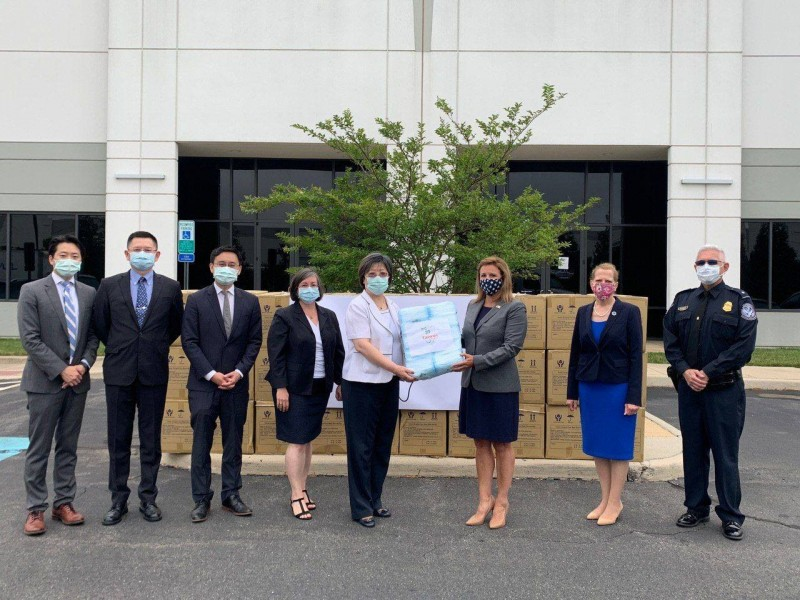 台灣捐贈30萬片醫療口罩給美國退伍軍人部,退伍軍人部代理副部長鮑爾斯親自出席捐贈儀式。(圖擷自《Taiwan in the US》臉書)