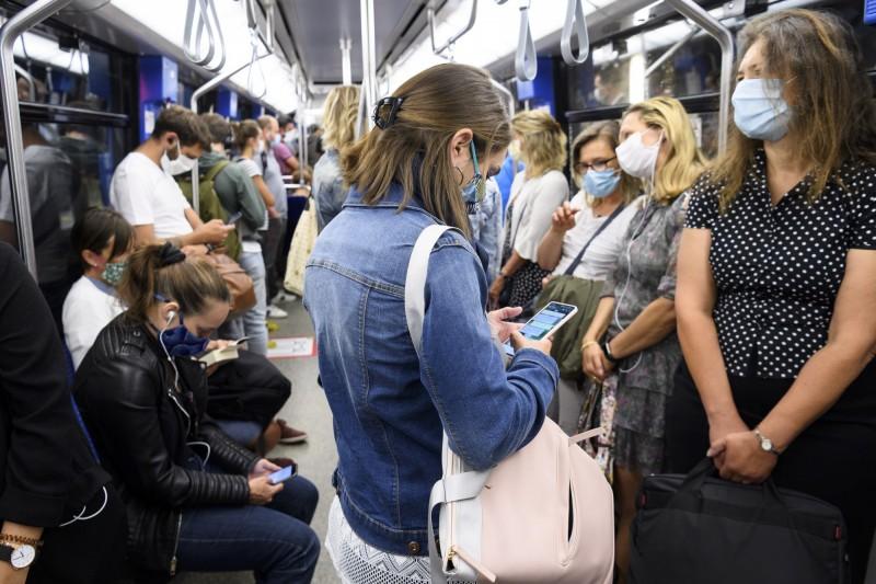 科學界呼籲各界重視新冠病毒空氣傳播的可能性。示意圖。(歐新社)