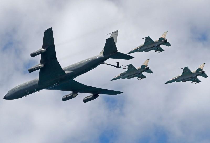 美國將售予以色列約37.4億公升的燃料,總價達30億美元。圖為以軍KC-135加油機幫F-16戰機補充油料。(法新社)