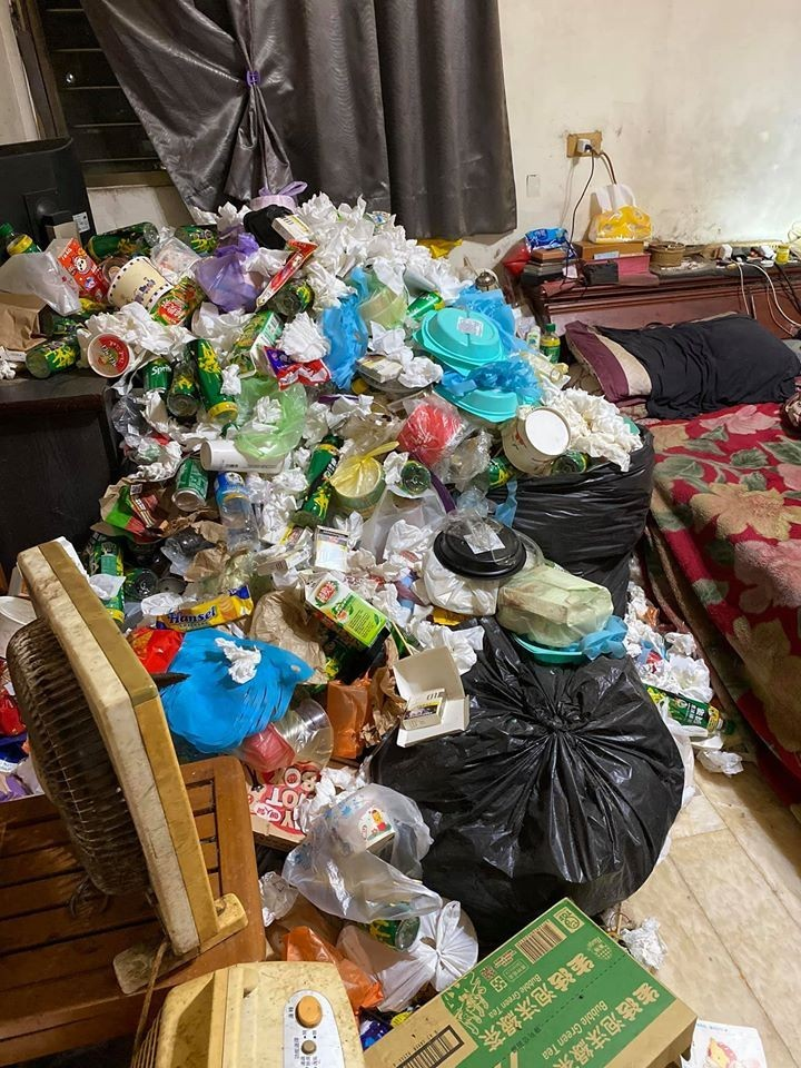 一名女網友日前在臉書PO照抱怨自己哥哥的房間,只見房內堆積著大量空瓶、餐盒,照片衝擊感十足。(擷取自爆廢公社)