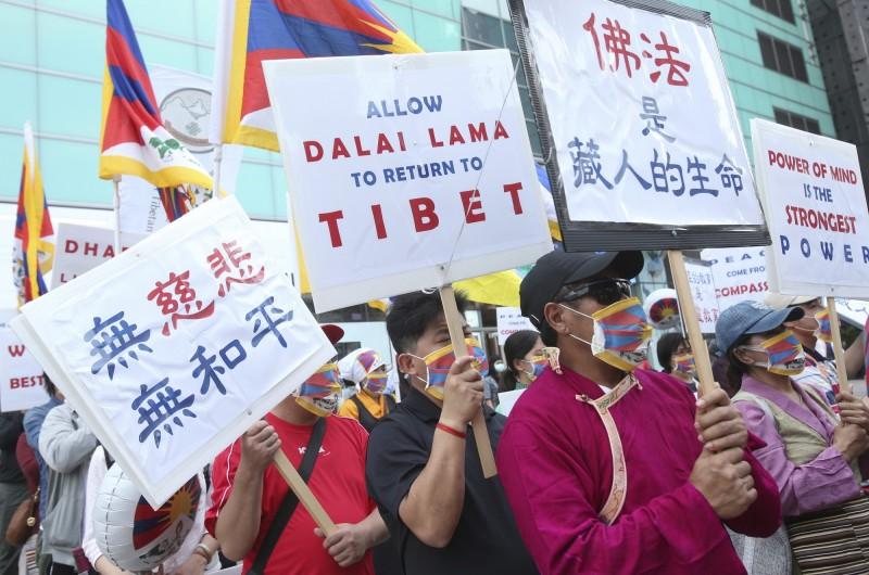 針對中國持續阻撓美國人前往西藏,美國國務卿龐皮歐表示,美方將對這些阻止美國人前往西藏的中國官員實施簽證限制,同時也呼籲中國要在西藏實行有意義的自治。(美聯社)