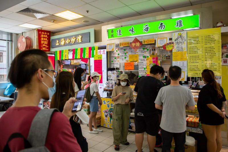 香港武漢肺炎(新型冠狀病毒病,COVID-19)疫情再起,昨日新增14例確診,專家批政府之前將針對室內的管制人數措施全部撤除,稱本次爆發在「所有專家的預料之內」。圖為示意圖。(彭博)