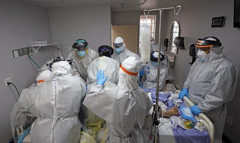 美國武漢肺炎新增確診病例創新高,全國累計確診數今天超過300萬大關!圖為德州休士頓聯合紀念醫學中心正試圖搶救命危的病患。(美聯社)