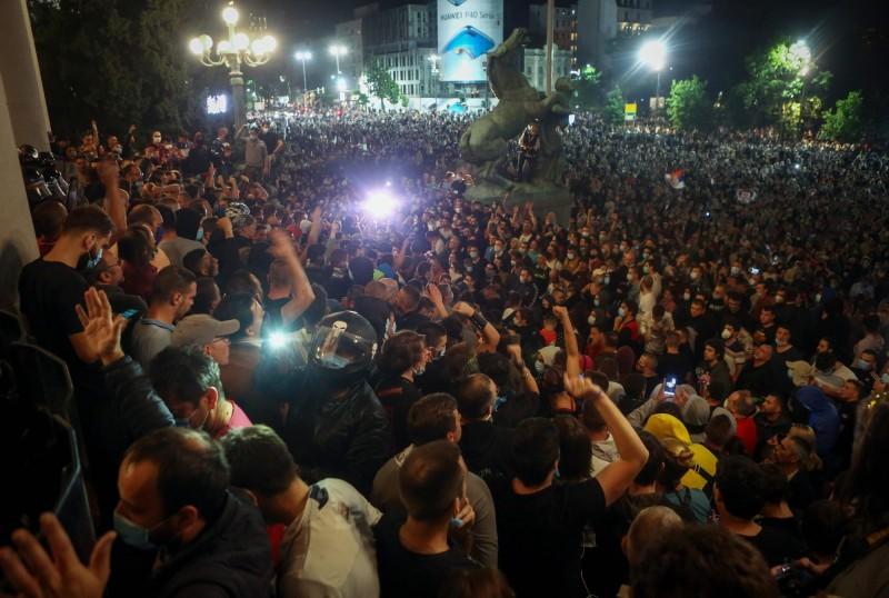 塞爾維亞的武漢肺炎疫情出現新高峰,政府計畫於週末封鎖首都貝爾格勒,引發大批示威者集結在國會大廈前抗議。(法新社)