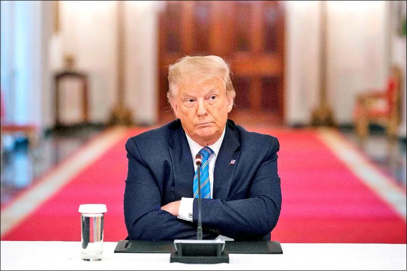美國國會與聯合國七日收到川普政府退出世界衛生組織的通知,美國將於二○二一年七月六日正式退出世衛,結束超過七十年的會員身分。圖為美國總統川普七日在白宮出席圓桌會議。(法新社)