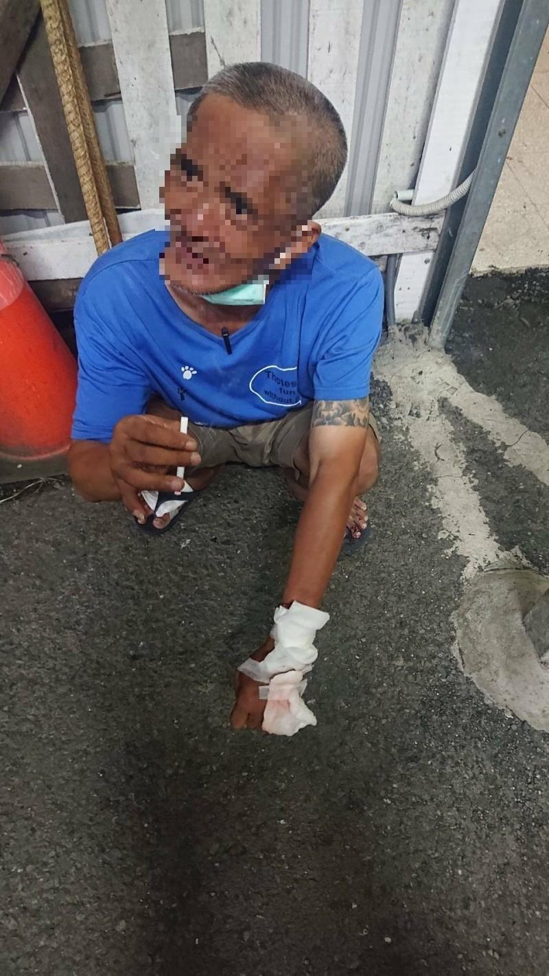 吳男被警方逮捕後不斷叫屈,認為自己沒有入屋行竊還被打很不公平。(記者王捷攝)