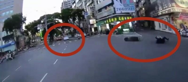 肇事車輛(左)擦撞致使機車駕駛(右)倒地。(記者黃旭磊翻攝)
