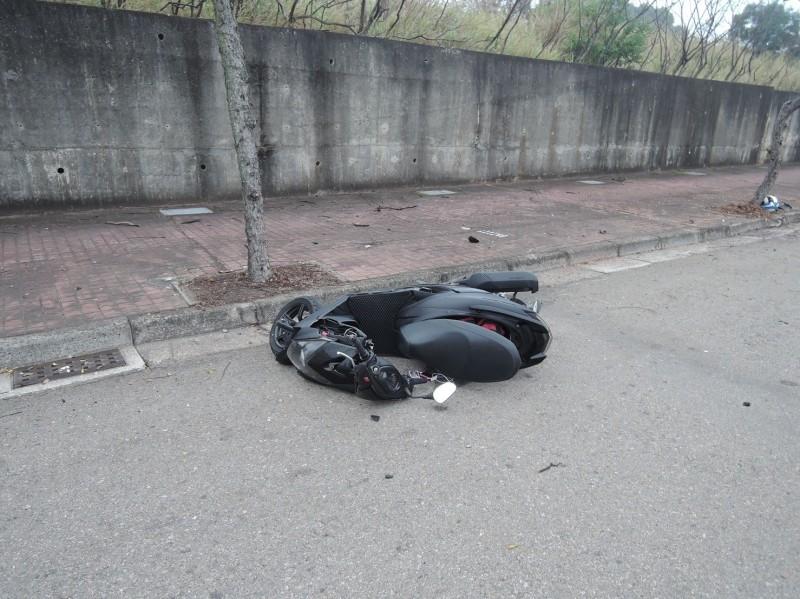 警察馳抵現場時,自摔的李男已送醫,僅剩傾倒機車。(記者張瑞楨翻攝)