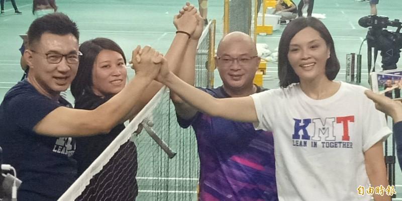 下場打球的4位選手隔網握手,先為李眉蓁喊「當選」後,還特別為江啟臣喊「江主席加油!」(記者蔡清華攝)