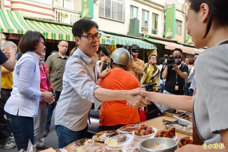 陳其邁今天下午到橋頭老街拜票,不斷向攤商一一握手。(記者許麗娟攝)