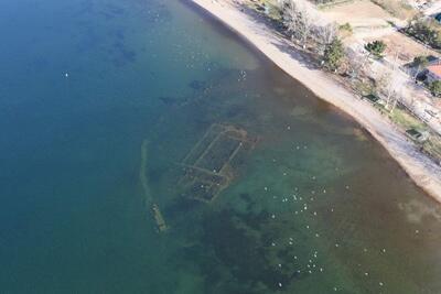 土耳其伊茲尼克湖中的1600年教堂得以重見天日。(圖取自Twitter)