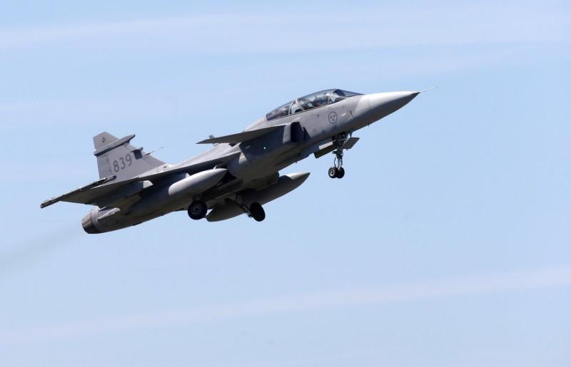 瑞典政府7日表示,將在國防部的下一個預算週期內,開始對下一代戰鬥機進行正式規劃。圖為瑞典紳寶集團研製的獅鷲(JAS 39 Gripen)戰鬥機。(路透)