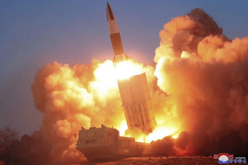 美媒《CNN》9日報導,依據商業衛星公司「星球實驗室」(Planet Labs)的最新衛星照片顯示,北韓在在平壤元魯里一帶秘密運作核設施,疑在發展核武器。對此,南韓情報機構予以否認。圖為今年3月21日北韓試射飛彈。(美聯社)